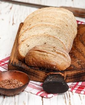 Świeżo upieczony domowy chleb pełnoziarnisty