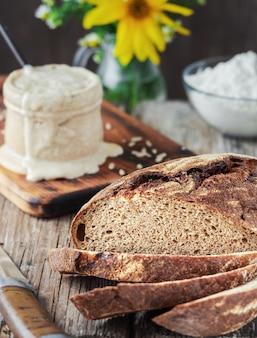 Świeżo upieczony domowy chleb pokrojony na kawałki