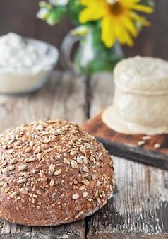 Świeżo upieczony domowy chleb zbożowy na naturalnym zakwasie