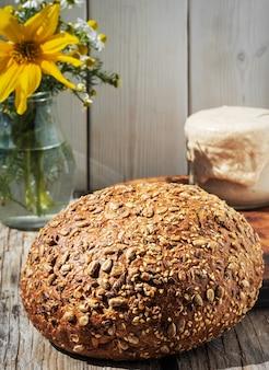 Świeżo upieczony domowy chleb zbożowy