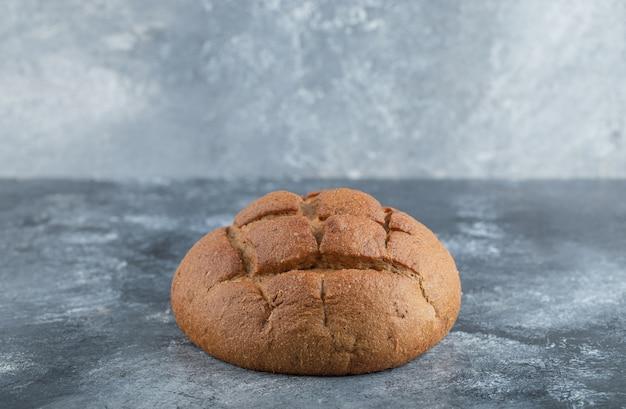 Świeżo upieczony domowy chleb żytni na zakwasie rzemieślniczym i białej mąki. wysokiej jakości zdjęcie