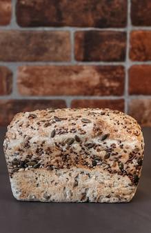 Świeżo upieczony domowy chleb żytni, widok z góry. chleb z orzechami i kandyzowanymi owocami.