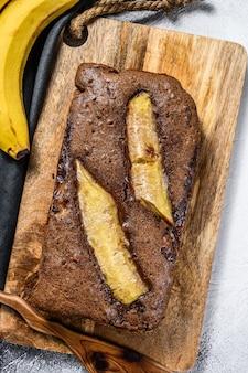 Świeżo upieczony pyszny chleb bananowy z orzechami i czekoladą