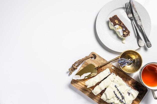 Świeżo upieczony pyszny chleb bananowy z orzechami włoskimi i czekoladą. białe tło. widok z góry. skopiuj miejsce.