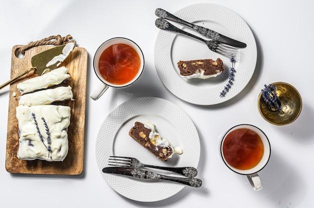 Świeżo upieczony pyszny chleb bananowy z orzechami włoskimi i czekoladą