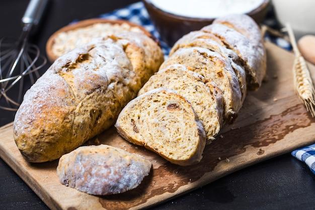 Świeżo upieczony tradycyjny chleb na drewnianym stole mąka piekarska