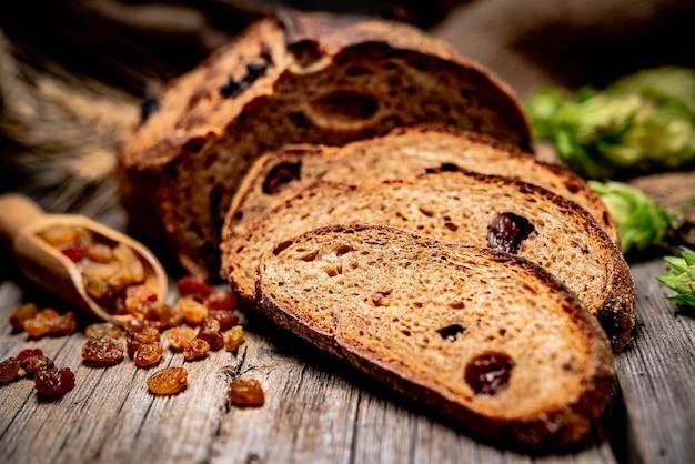 Świeżo upieczony tradycyjny chleb na drewnianym stole. zdrowe jedzenie