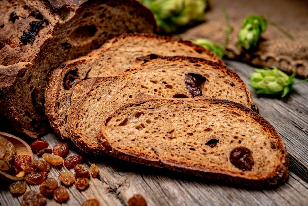 Świeżo upieczony tradycyjny chleb na drewnianym stole