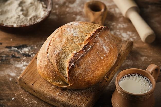 Świeżo upieczony tradycyjny chleb.