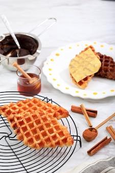 Świeżo upieczony zwykły croissant croissant wafel na drucianej podstawce