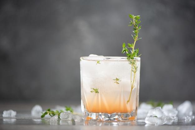 Świeżo wyciskany sok grejpfrutowy z tymiankiem i lodem