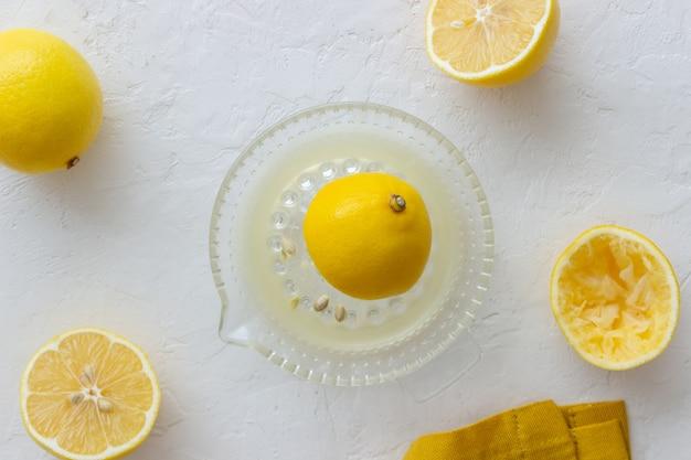 Świeżo wyciskany sok z cytryny. dieta. zdrowe odżywianie. wegetarianizm.