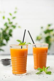 Świeżo wyciśnięty sok marchewkowy ze szpinakiem