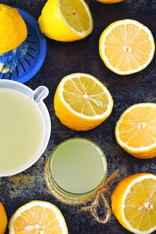 Świeżo wyciśnięty sok z cytryny. cytryny świeże cytryny połówki cytryny. koncepcja odchudzania z sokiem z cytryny.
