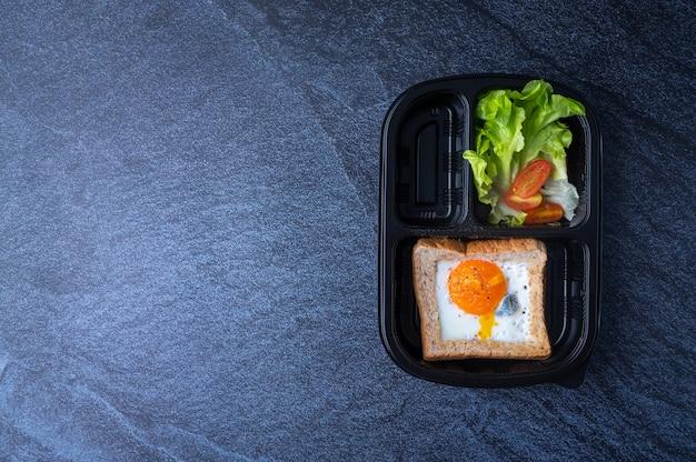 Świeżo zapakowana żywność w pudełku dla klientów pracujących w biurze, nowy normalny styl życia, który jest wygodny przy zamawianiu żywności online i korzystaniu z usług dostawy, z miejscem na kopię