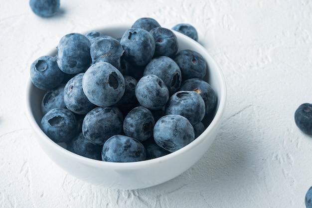 Świeżo zebrane jagody w zasobniku na białym tle