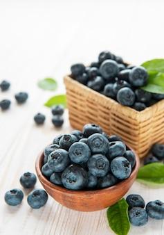 Świeżo zerwane jagody na starym drewnianym tle. koncepcja zdrowego odżywiania