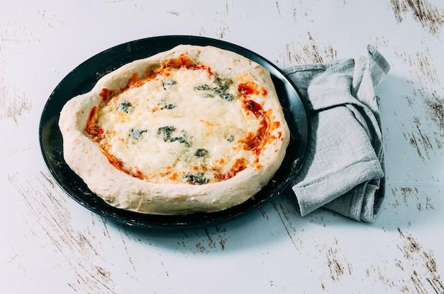 Świeżo zrobiona domowa pizza z czterema serami. włoskie jedzenie