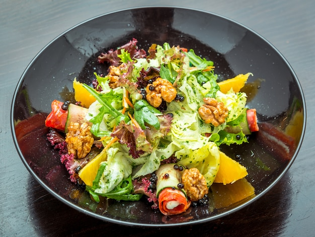 Świeżo zrobiona włoska siekana sałatka we włoskiej restauracji.