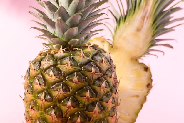 Świeży ananas dojrzałych na różowym tle. witam, transparent koncepcja lato.