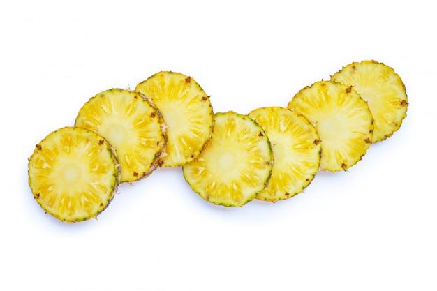 Świeży ananas na białym tle.