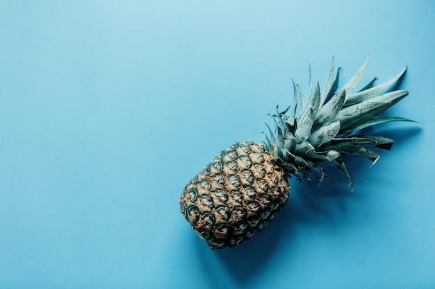 Świeży ananas na niebieskim tle. powyżej widok
