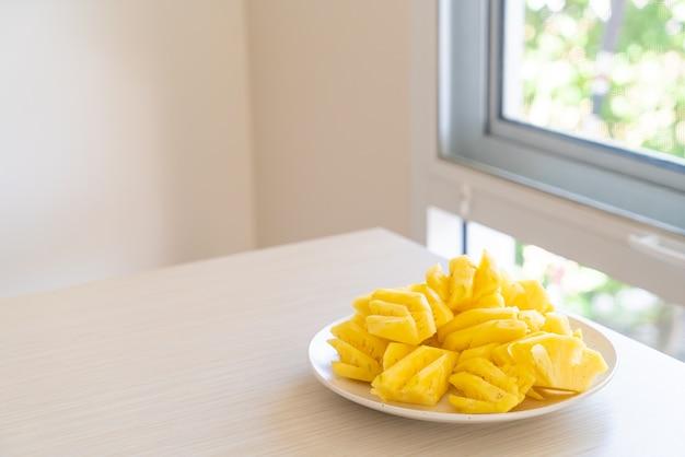 Świeży ananas pokrojony na białym talerzu