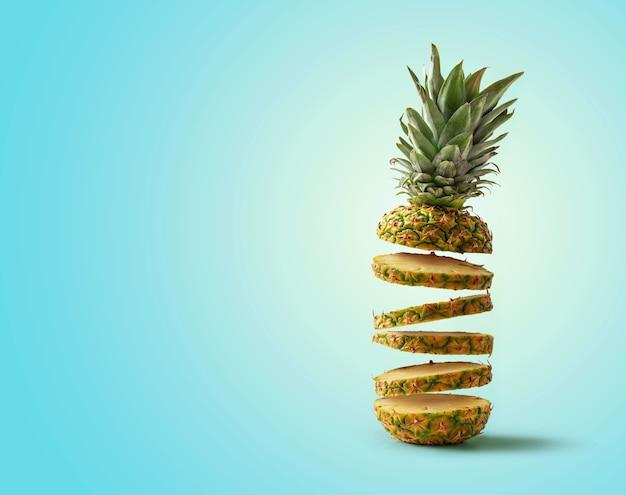 Świeży ananas pokrojony w latające plasterki