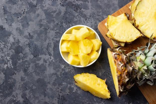 Świeży ananas w plasterkach na stole