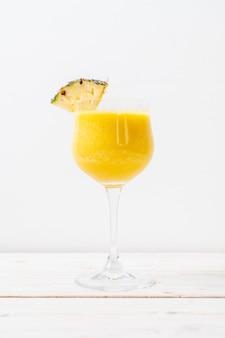 Świeży ananasowy koktajl szkło na stół z drewna
