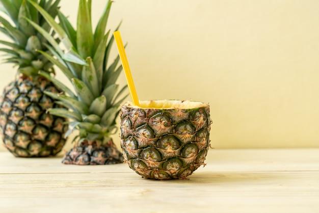 Świeży ananasowy smoothie szkło na drewno stole