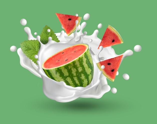 Świeży arbuz i plasterki arbuza z mlekiem splash