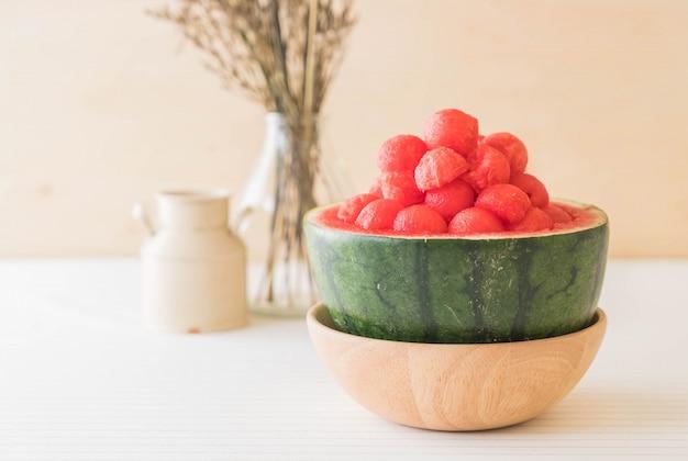 Świeży arbuz na stole