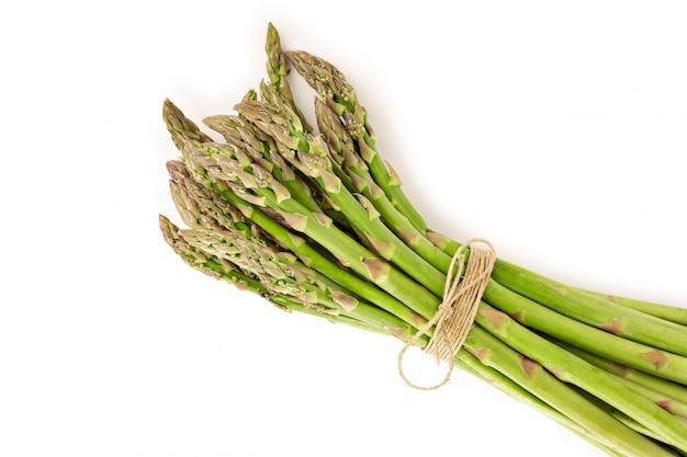 Świeży asparagus odizolowywający na bielu