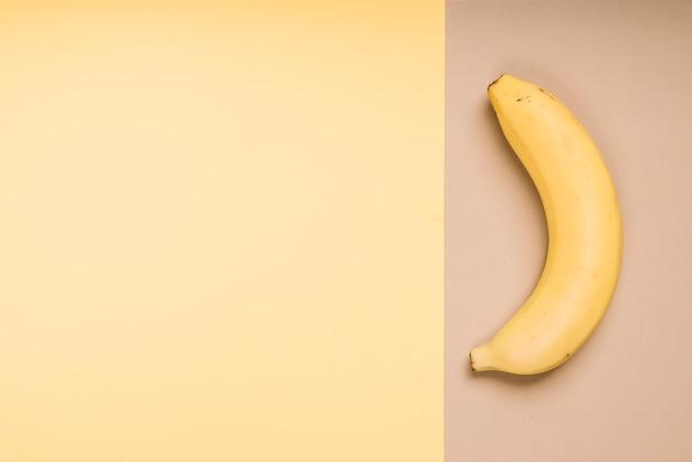 Świeży banan na jaskrawym stole