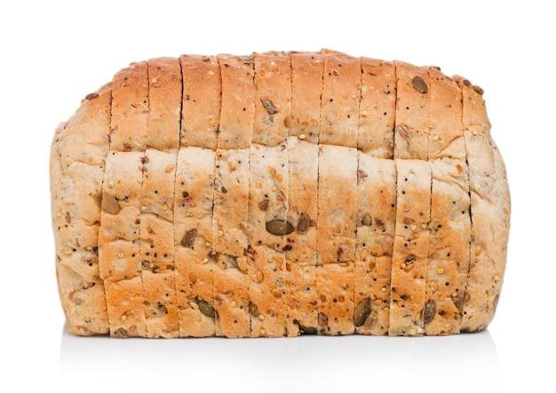 Świeży bochenek chleba z nasionami na białym tle.