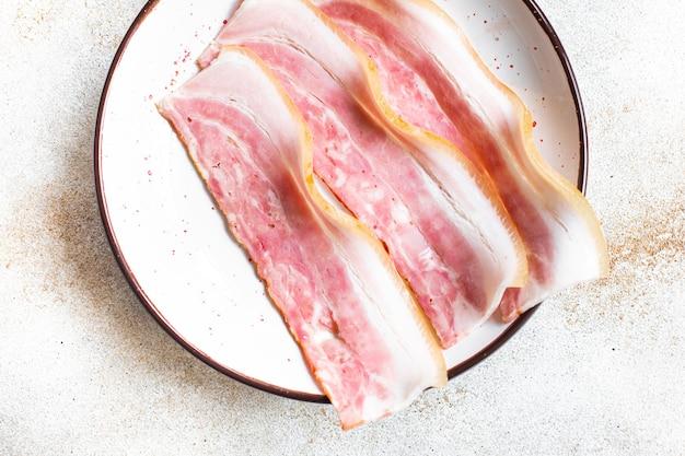 Świeży boczek cienki plasterek tłustego mięsa i smalcu