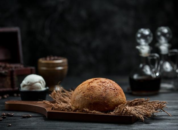 Świeży brązowy chleb na stole