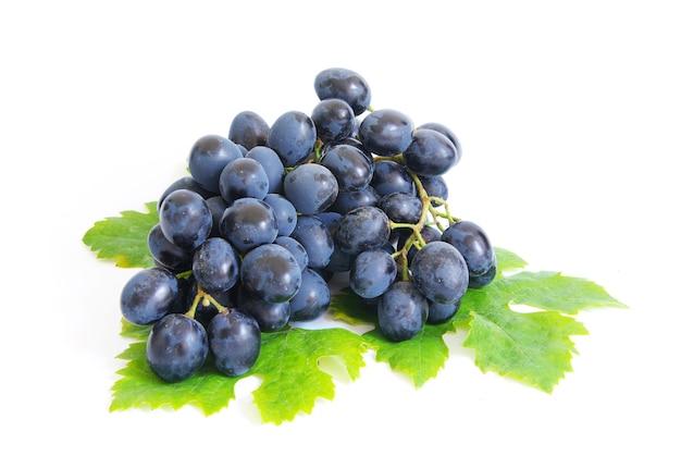 Świeży brunch winogron z zielonymi listkami