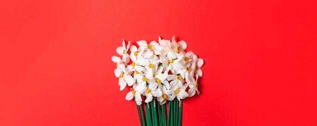 Świeży bukiet kwiatów narcyzów kwitnących wiosną