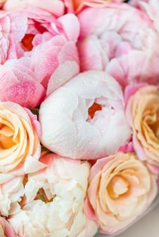 Świeży bukiet różowych piwonii i róż