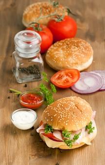 Świeży burger z warzywami