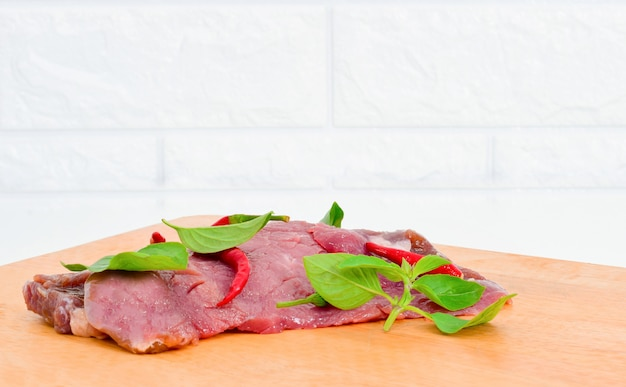 Świeży chili mięso na drewnianej tnącej desce