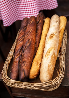 Świeży chleb bagietki w koszu. wiele bagietek