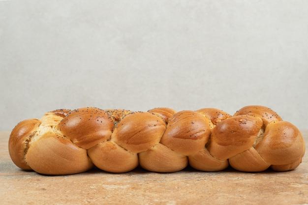 Świeży chleb biały na powierzchni marmuru