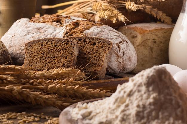 Świeży chleb i pszenica na drewnianym