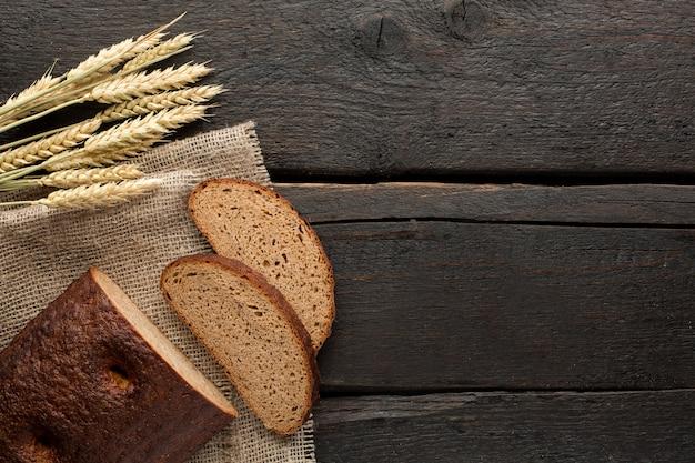 Świeży chleb i pszenica na drewnie