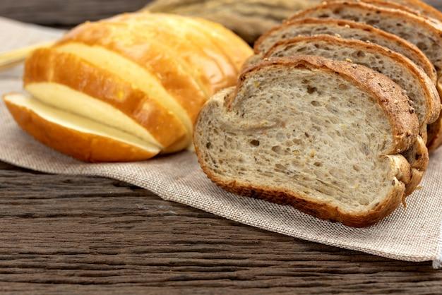 Świeży chleb i pszenica oraz żółty chleb ziemniaczany