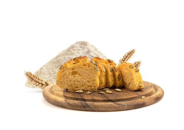 Świeży chleb na desce i mąka pszenna