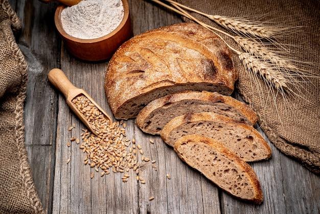 Świeży chleb na drewnianej ziemi. świeżo upieczony tradycyjny chleb na drewnianym stole. zdrowe jedzenie